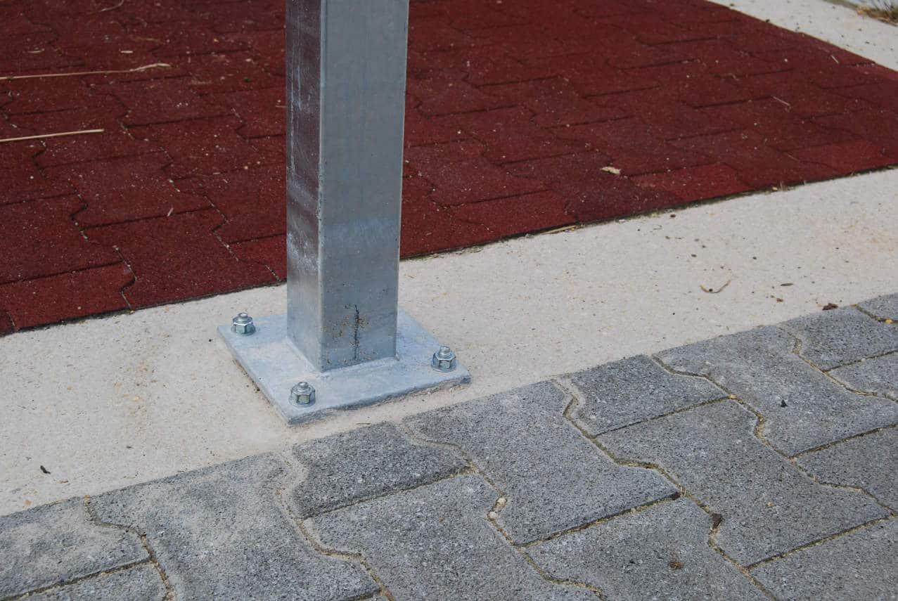 aufgedübelte Paddockstandsäule mit Bodenplatte